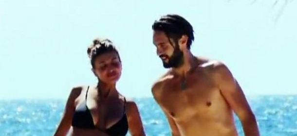 Isola dei Famosi 10: Alex Belli e Cristina Buccino flirtano moglie